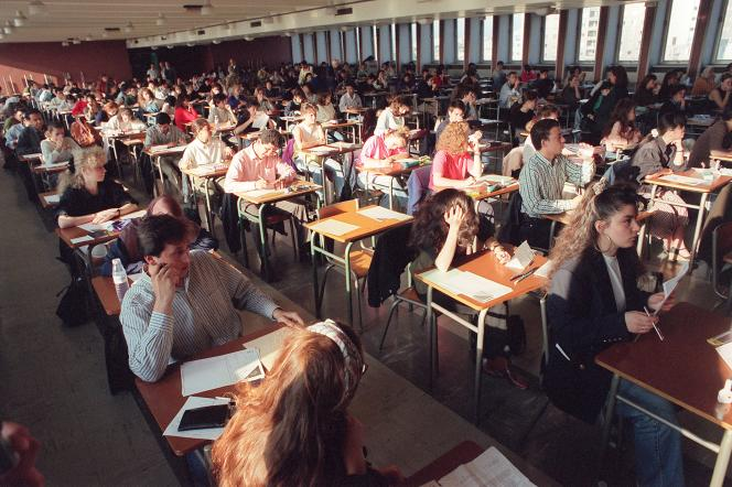 Vue générale d'une salle d'examen, le 6 juin 1990, pendant l'épreuve de philosophie. Il faudra attendre 1995 pour atteindre l'objectif de 80 % d'une classe d'âge au niveau du bac