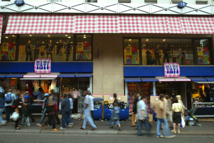 La devanture du magasin Tati du boulevard Barbès, le 29 août 2003, à Paris.