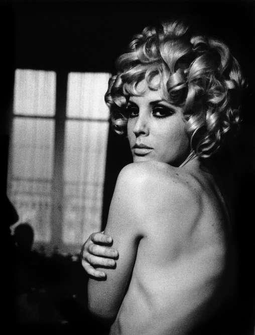 « Et des moments d'intimité, de fierté revendiquée, dans le secret de leur chambre, comme ici avec Sabrina. Un reportage saisissant alliant le documentaire et le poétique. »