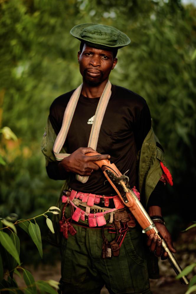 Showa Usman, 40 ans,fait parti des 15 000 chasseurs du Nigeria à délaisser les lions, les antilopes, les crocodiles, les éléphants pour traquer les djihadistes.Maiduguri, mai 2017.