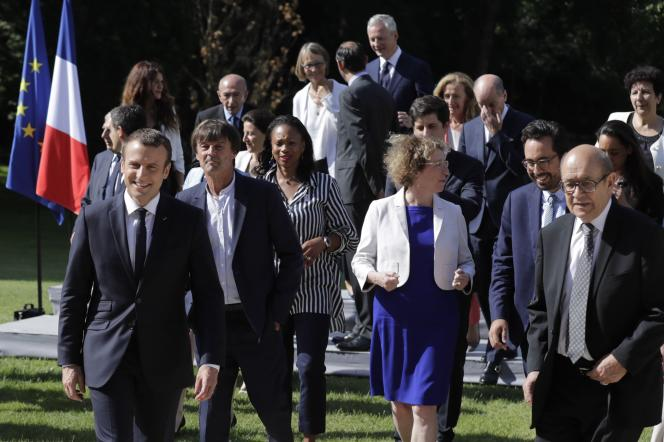 Emmanuel Macron avec ses ministres, après la photo officielle, à l'Elysée, le 22juin.