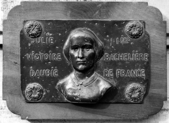 Plaque à l'effigie de Julie-Victoire Daubié (1824-1874), première bachelière francaise, en1861, à l'âge de 37ans.