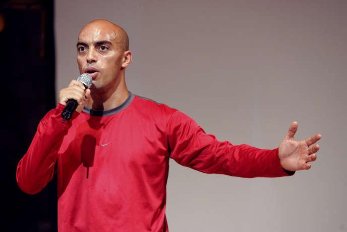 Le chorégraphe Hamid Ben Mahi lors d'une représentation de «Faut qu'on parle!», sous la direction de Guy Alloucherie, le 7 juillet 2006, au Festival d'Avignon.