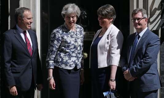 Theresa May et des représentants du DUP, le 26 juin 2017.