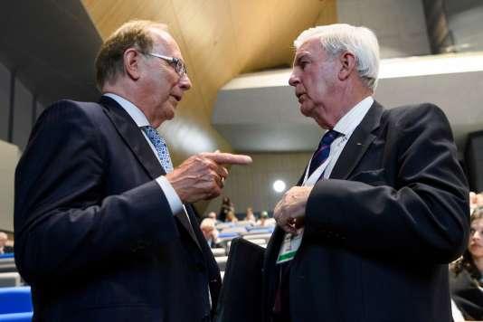 Richard McLaren (à gauche) et le président de l'AMA Craig Reedie.