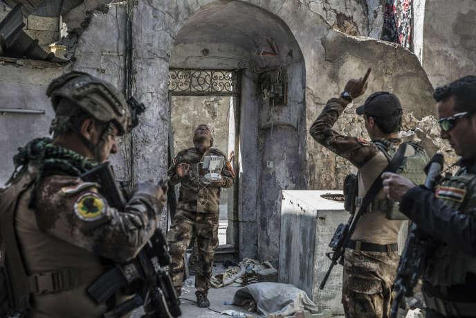 Dans le quartier de Mouchahada, à Mossoul, le 26 juin. Les forces spéciales irakiennes font une reconnaissance par drône de la zone de la mosquée Al-Nouri, qu'ils s'apprêtent à attaquer.