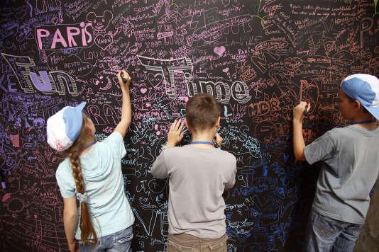 Des enfants lors de l'événement Holiday for Everyone à la Tour Eiffel à Paris, en France, le mercredi 19 août 2015.