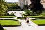 Premiers pas des élus, le 19 juin à l Assemblee nationale, pour accomplir leurs premières formalités et visiter les lieux. Une deputee se fait prendre en photo avec son écharpe tricolore dans le jardin des Quatre Colonnes.