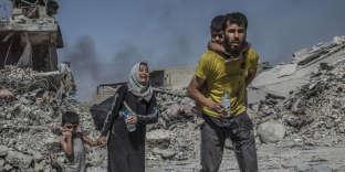 Quartier de Moushahada, Mossoul, Irak, le 23 juin, les habitants, sous les bombardements depuis des mois, s'échappent et rejoignent la zone libérée de la présence des combattants de Daesh.
