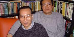 Liu Xiaobo, à gauche, et son frère, Liu Xiaoxuan, en 2005.