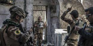 Les forces spéciales irakiennes mènent une opération de reconnaissance par drone de la zone de la mosquée, qu'ils s'apprêtent à attaquer, le 26juin.