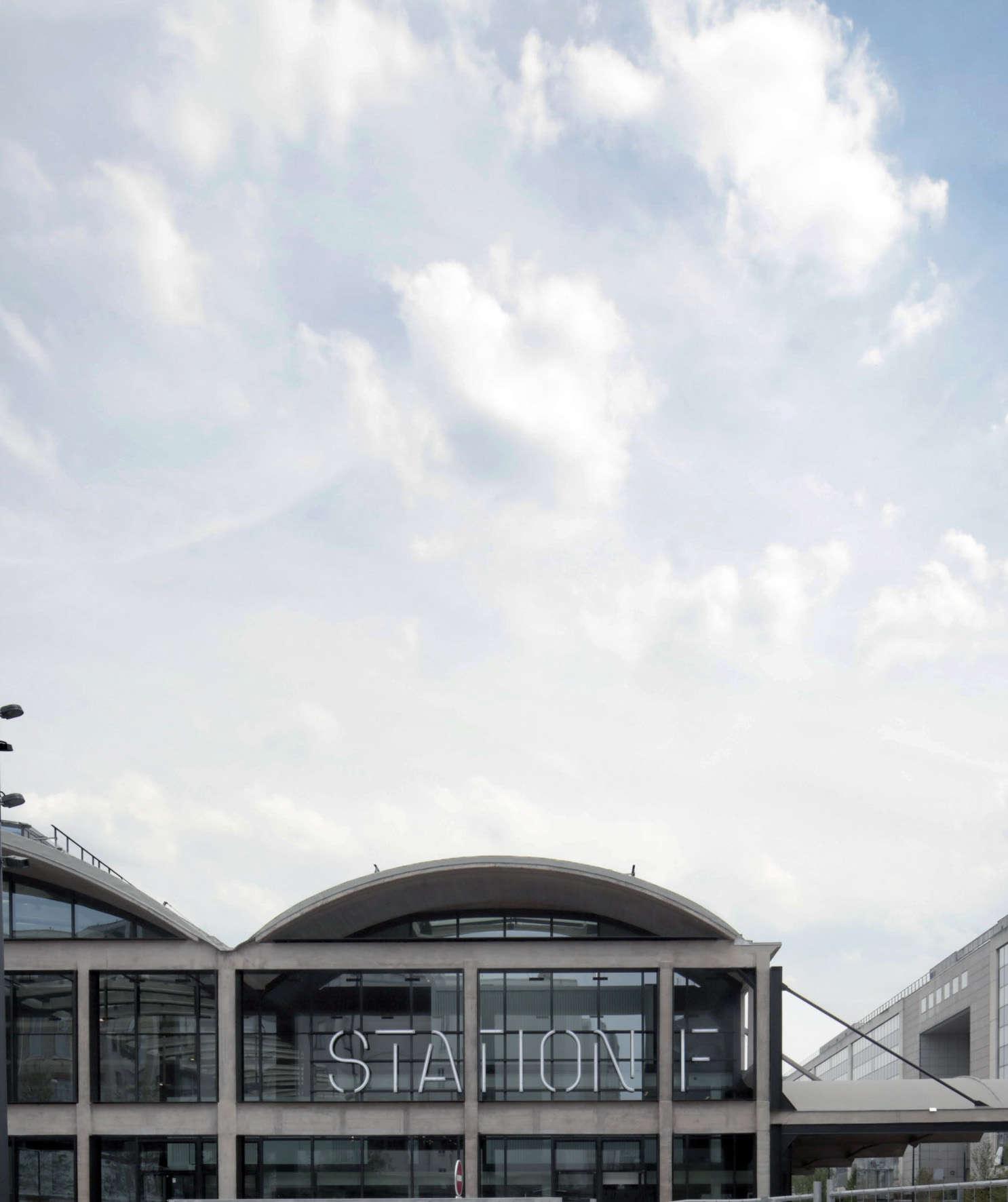 Vue extérieure de la Station F, installée dans la Halle Freyssiney, à Paris, le 20 juin. Cet immense bâtiment ferroviaire a été construit dans les années 1920,le long des voies de la gare d'Austerlitz.