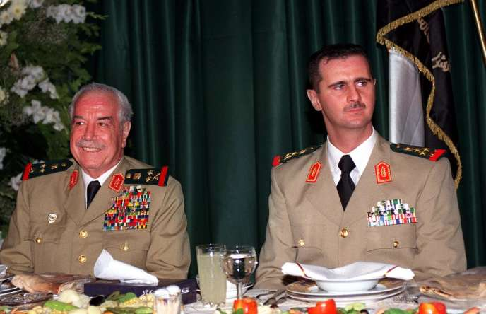 Moustapha Tlass et le président syrien Bachar Al-Assad en août 2000.