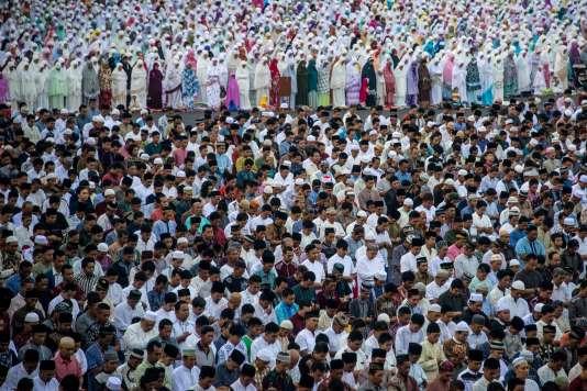 Des musulmans indonésiens prient à l'occasion de la fin du ramadan, à Surabaya, sur l'île de Java, dimanche 25 juin.