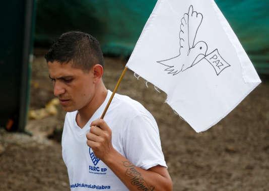 Un rebelle FARC agite un drapeau blanc en signe de paix, le 27 juin à Mesetas, en Colombie.