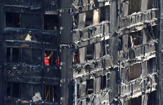 D'après les enquêteurs, le feu a pris dans un réfrigérateur et s'est propagé rapidement en raison de la nature des revêtements extérieurs de l'immeuble de 24étages.