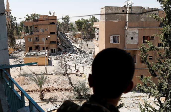 Un soldat des Forces démocratiques syriennes à Rakka, le 27 juin. REUTERS/Goran Tomasevic