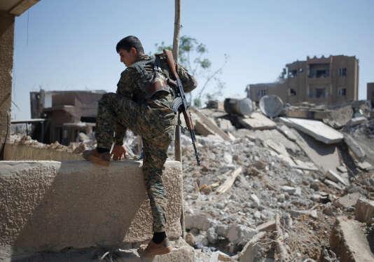 Un combattant des unités de protection du peuple (YPG) à Rakka, le 27 juin 2017.
