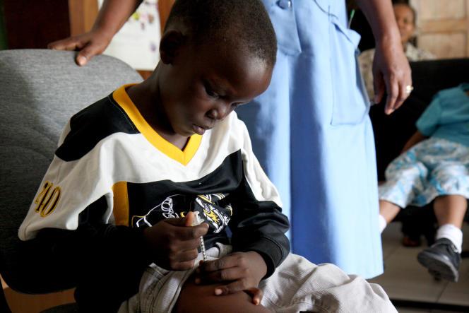 Séance d'apprentissage à l'auto-médication du diabète par injection d'insuline à Nairobi, Kenya, en mars 2011.
