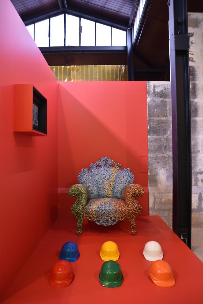 Des casques de chantier trônent au pied du fauteuil «Proust» d'Alessandro Mendini, des œuvres installées dans l'ancienne prison municipale de Bordeaux à l'occasion de l'exposition «Oh couleurs!».
