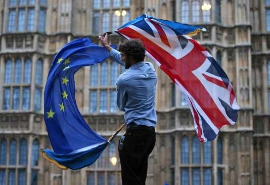 Devant le Parlement à Londres (Royaume-Uni), le 28 juin 2016.