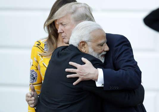 Le premier ministre indien, Narendra Modi, salue le président Trump avant de quitter la Maison Blanche, lundi 26 juin.