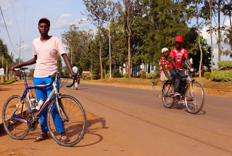 Jeanne d'Arc Girubuntu (à gauche) sur la route de Rwamagana,à l'est du Rwanda.
