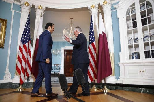 Le secrétaire d'Etat américain Rex Tillerson (à droite) aux côtés du ministre des affaires étrangères qatari Mohammed Bin Abdul Rahman (à gauche), le 27 juin à Washington.