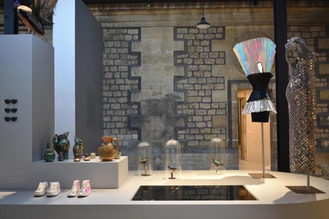 Vue de l'exposition Oh Couleurs, côté podium irisé, avec une robe Paco Rabanne haute-couture 1992, en caoutchouc plissé noir et papier métallisé...