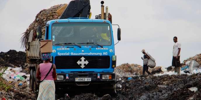 Sur la décharge d'Ago Nyivè, à Lomé, la récupération ds déchets par les habitants les expose à de graves maladies telles que le choléra.