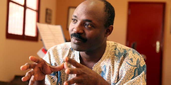 Plusieurs fois condamné pour ses écrits par la justice angolaise, le journaliste Rafael Marques de Morais, à Luanda, en 2015.