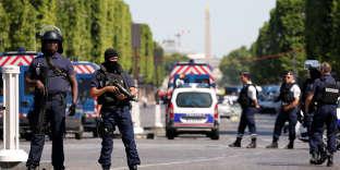 Les forces de l'ordre sécurisent les Champs-Elysées après l'attentat, à Paris le 19 juin.