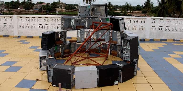 Sur le toit-terrasse du Woelab, à Lomé, des imprimantes 3D forment une œuvre conceptuelle qui génère elle-même les pièces nécessaires à sa fabrication.