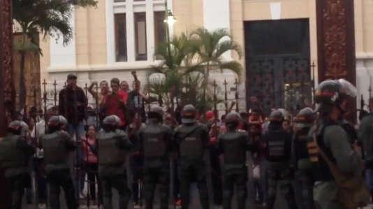 Des fonctionnaires de l'Assemblée nationale face aux membres de la garde nationale vénézuélienne à Caracas, le 27 juin. Capture d'écran d'une vidéo diffusée sur les réseaux sociaux.
