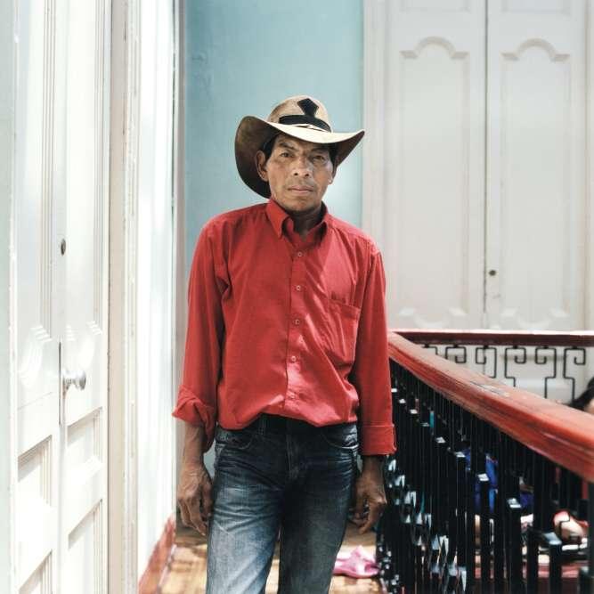 Jose Ernesto, de la communauté amérindienne Embera-Chamis, a été déplacé de ses terres par les paramilitaires à cause du conflit armé. Photographié en 2012, il vivait alors à l'hôtel avec ses enfants.