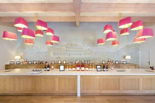 La boutique du château d'Esclans, àLaMotte, entre Fréjus et Draguignan. Sacha Lichine écoule près de 5millions de bouteilles, qu'il vend de 17à 90euros .