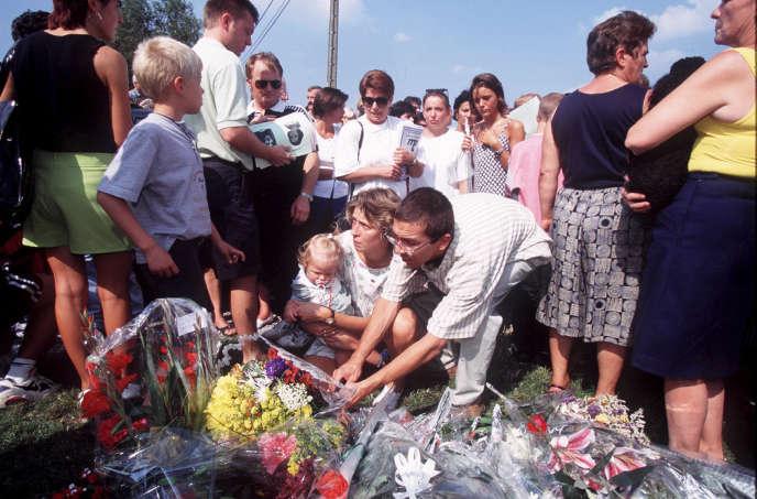 Hommage à deux jeunes victimes de Marc Dutroux, en Belgique, en août 1996.