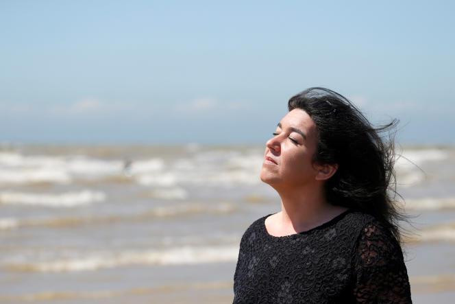Béatrice Huret, passeuse d'un migrant iranien, sur la plage de Dannes (Pas-de-Calais), le 15 juin.
