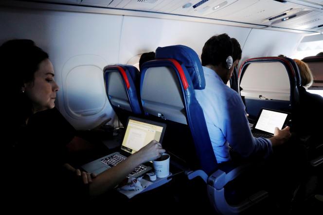 Le 21 mars, invoquant un risque d'attentats, les autorités américaines avaient interdit aux passagers en provenance de dix aéroports, de huit pays arabes et de Turquie, de transporter en cabine ordinateurs portables, tablettes et autres appareils électroniques. Le Royaume-Uni leur avait emboîté le pas, prenant une mesure similaireREUTERS/Lucas Jackson/File Photo