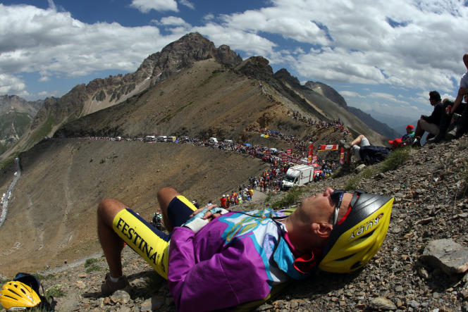 A spectator takes a nap while waiting for the riders in the Galibier during the ninth stage of the 94th Tour de France cycling race between Val d'Isère and Briançon, 17 July 2007.