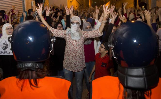 Le 11 juin 2017, les femmes sont descendues dans les rues d'Al-Hoceima pour protester contre l'arrestation des hommes du Hirak qui manifestent depuis plusieurs mois pour sortir la région du Rif de la pauvreté et de l'ostracisation.