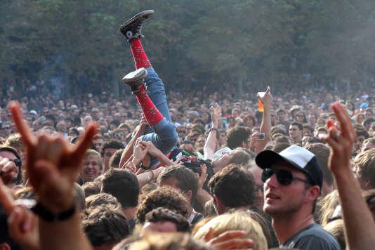 Le public de Rock en Seine devant le groupe de punk américain Social Distortion en 2012.