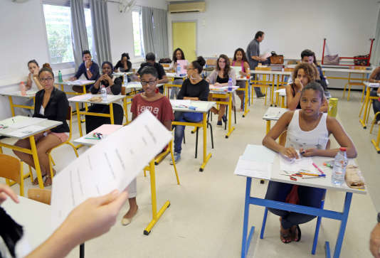 French students work on the test of philosophy as they take the baccalaureat exam (high school graduation exam) on June 16, 2014 at the Moulin Joli high school in La Possession, on the French overseas island of La Reunion.  AFP PHOTO / RICHARD BOUHET / AFP PHOTO / RICHARD BOUHET