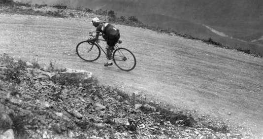 Un cycliste non identifiélors de l'ascensiondu col du Galibier, le 23 juillet 1932.