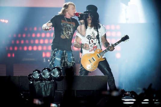 Le chanteur Axl Rose et le guitariste Slash du groupe Guns N' Roses, en concert à Copenhague, le 27 juin 2017.
