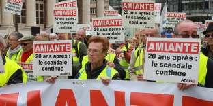 Manifestation organisée par l'ANDEVA, association défendant les victimes de l'amiante, le 7 octobre 2016, à Paris.