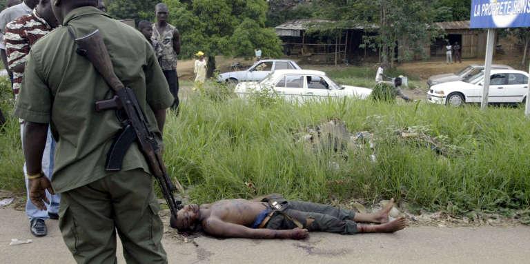 Découverte du corps d'un jeune homme non identifié tué à Abidjan en avril 2004.