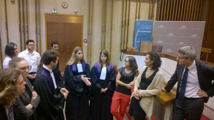 Le 28 juin au matin, juste après l'audience, dans la salle du tribunal administratif de Lyon, les étudiants de l'UCLY débriefe avec leurs enseignants.