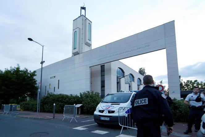 La police a sécurisé les alentours de la mosquée de Créteil, après l'incident, le jeudi 29 juin.