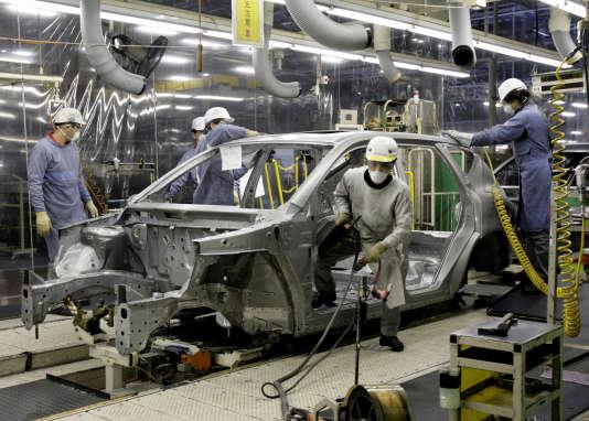 Travailleurs japonais de l'usine Nissan Motor à Karita, dans la préfecture de Fukuoka, le 23 novembre 2007.